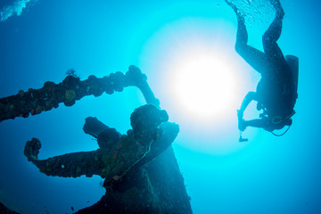 Türaufkleber Schiffbruch diver silhouette near propeller ship wreck in the blue sea