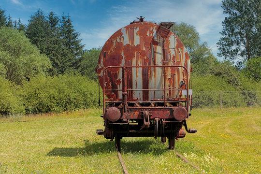 Alter rostiger Kesselwagen der Bahn