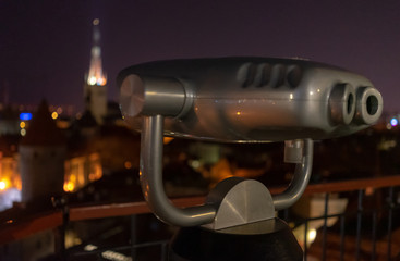 In de dag Bruin tourist binoscope on the observation deck in Tallinn at night