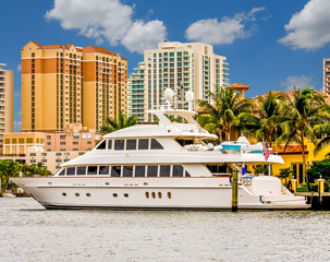 Fototapete - A large white yacht on a canal in front of a condominium