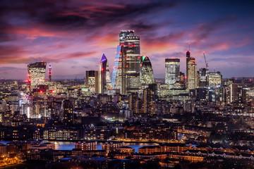 Fotomurales -  Der Finanzbezirk City von London mit den Wolkenkratzern der Banken am Abend nach Sonnenuntergang, Großbritannien