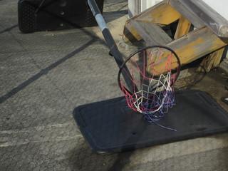 倒れたバスケットゴール