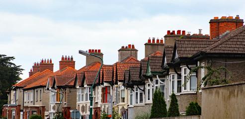 Fassaden und Schornsteine von typischen Stadhäusern in Dublin, Irland