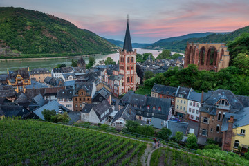 Photo sur Aluminium Con. Antique High angle view of Parish Church of St. Peter surrounded by local dwellings with grape plantation foreground at Bacharach, Germany during sunset