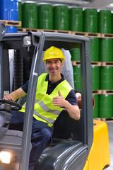 Warenlagerung und Arbeiter in einem Depot mit Ölfässern eines Chemiewerkes // Workers in logistics company