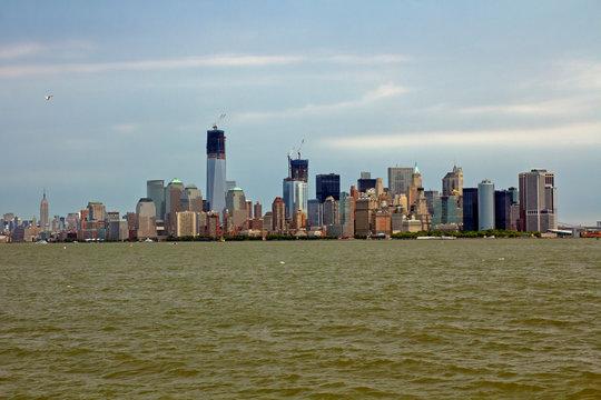 Blick auf New York Skyline mit Freedom Tower in bau