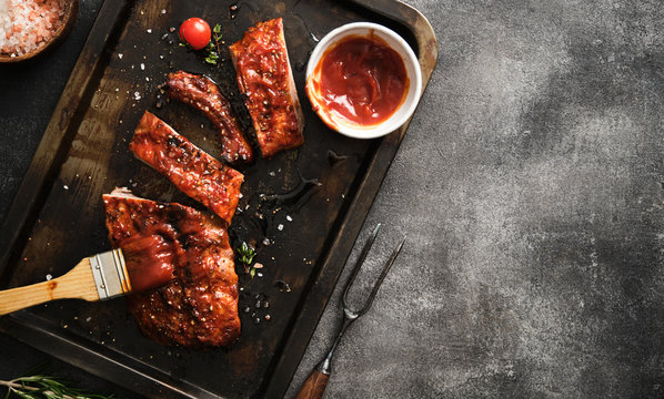 Delicious barbecued ribs seasoned with a spicy basting sauce and served on iron pan.