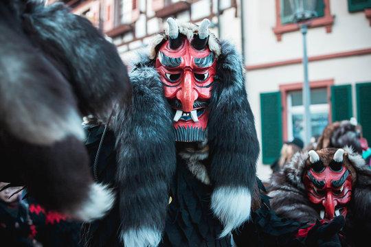 Fellteyfel emmendingen. Teufelsgestalt mit freundlicher Maske bei Fastnachtumzug in Staufen Süd Deutschland.