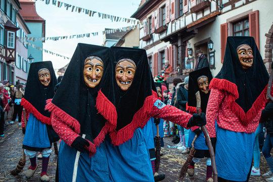 Troepfle Hexen aus Bad Rippoldsau - Hexen im blau rotem Gewand mit großen schwarzen Kopfhauben. Bei Fastnachtumzug in Staufen Süd Deutschland.