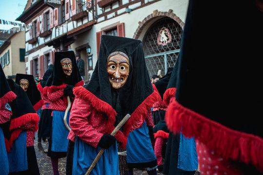 Troepfle Hexen aus Bad Rippoldsau - Große Gruppe Hexen in rot, blauen Gewändern mit schwarzen Kopfhauben. Bei Fastnachtumzug in Staufen Süd Deutschland.