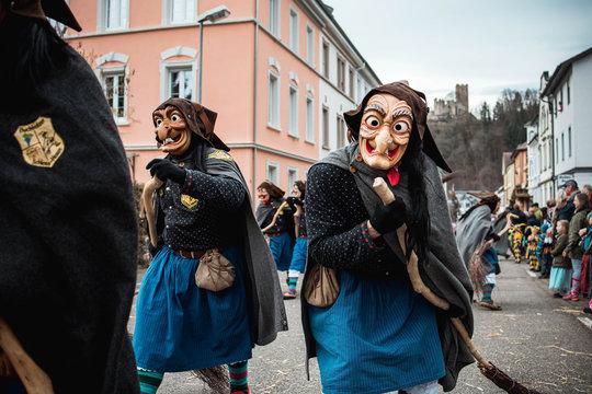 Schlosshexe aus Buchholz - Schöne und lustige Hexe mit großen Augen in schwarz, blauem Gewand. Bei Fastnachtumzug in Waldkirch Süd Deutschland.
