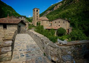Pueblo rural con su puente de piedra