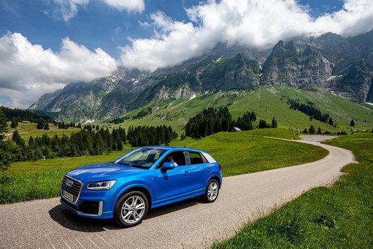 Audi Q2 in Schweizer Alpen, Säntis vom Schwägalppass aus gesehen