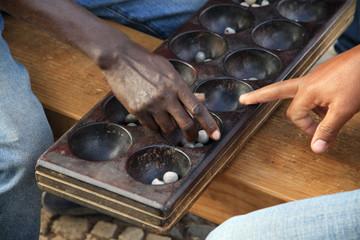 Fototapeta  czarni ludzie grający w afrykańską grę logiczną mankala