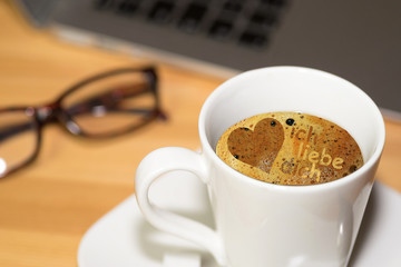 Eine Tasse Kaffee und Muster Ich liebe Dich