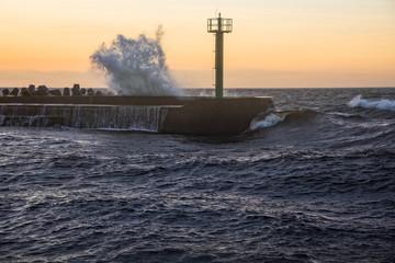 Sturm gesehen am Ostsee vor Hafen in Darlowko