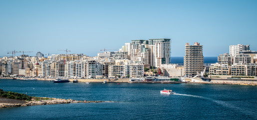 Fotomurales - Sliema, town in Malta. Panoramic skyline and city view taken from ferry boat from Valletta.