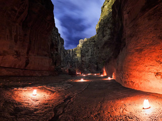 Fotorollo Violett rot The Siq canyon in Petra during night walk, Jordan, Middle East