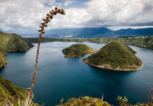 Vista del lago Cuicocha y las islas Yerovi y Teodoro Wolf  situado en la cordillera Occidental de los Andes en Ecuador