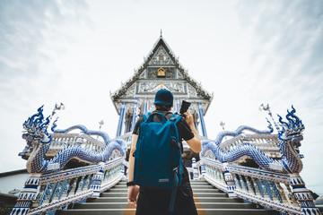Fotobehang Bedehuis Traveler man in Thai temple