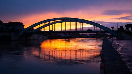 Coucher du soleil sur le pont de Pont Sainte Maxence, Oise, Picardie, Hauts-de-France Fototapete