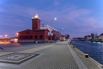 Leuchtturm in Darlowko bei Nacht