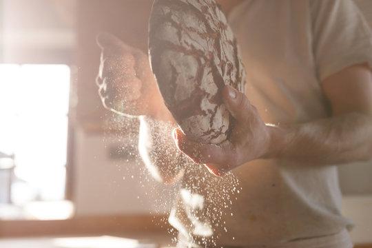 Bäcker presentiert bio Brot in der Backstube