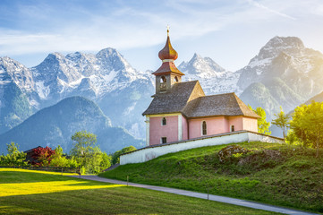 Scenic panoramic view of idyllic Auer Kircherl, an old historical chapel in the alps near the famous old village of Lofer, in beautiful golden evening light at sunset in summer, Salzburg Land, Austria Fototapete