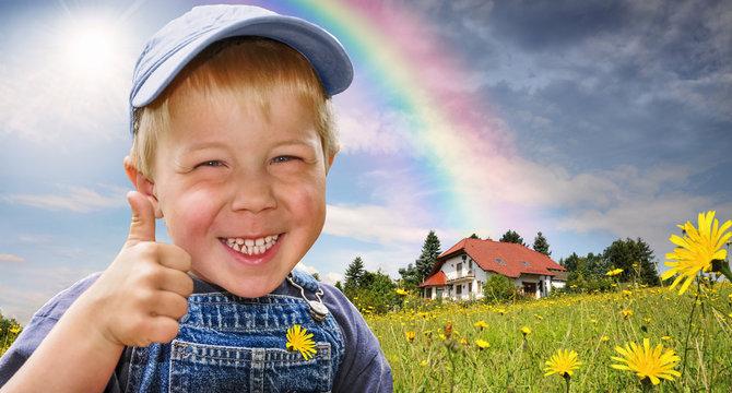 Kind zeigt Daumen hoch als Symbol für Zustimmung für das Wohnen in und mit Natur