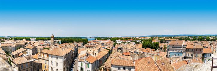 Blick vom Amphitheater in Arles über Dächer der Altstadt bis zur Rhone