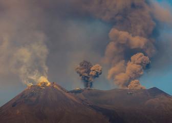 I tre tenori o i tre careri, esplosioni di cenere, vapori e gas dai 3 principali crateri sommitali del Vulcano Etna, un'immagine unica