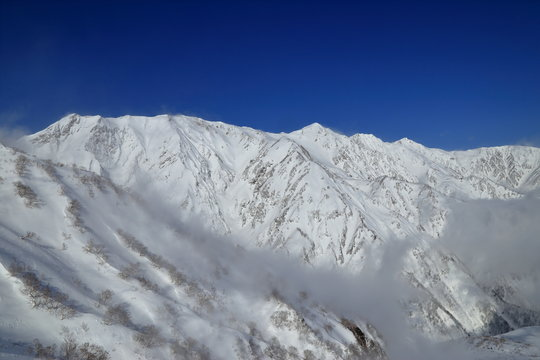 八方尾根から望む厳冬期の白馬三山 ( Beautiful snow wrapped Mount Hakuba from Happo mountain ridge, Nagano, Japan )