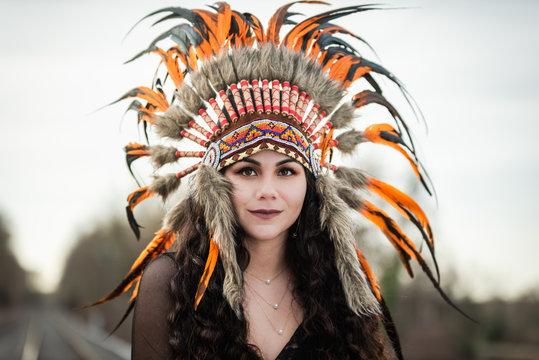 belle jeune femme brune aux cheveux long avec coiffe de chef amérindien