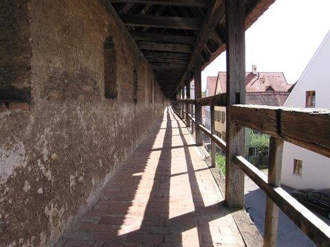 Wehrgang auf der mittelalterlichen Stadtmauer in Nördlingen