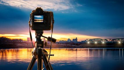 夕景を撮影するデジタルカメラのイメージビジュアル