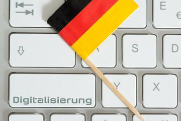 Computer, deutsche Nationalfahne und Digitalisierung