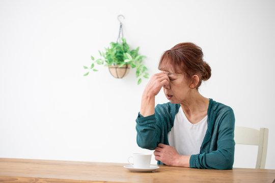 体調不良の中高年の女性