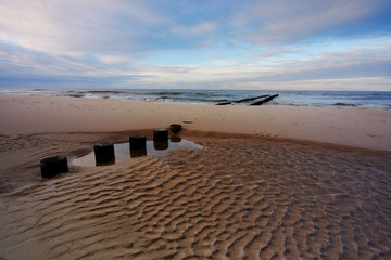 Morze Bałtyckie,falochron na piaszczystej plaży w Kołobrzegu,Polska.