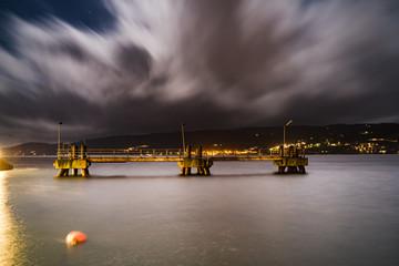Widok na Oslofjord w mieście Gjovik w Norwegii w czasie nocy