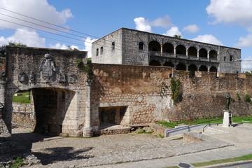 Wall Murals Ass Stadttor Puerta de San Diego und Alcázar de Colón in Santo Domingo