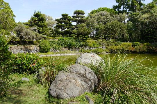Steine, Teich und Mauern im Japanischen Garten Botanischen Garten Santo Domingo