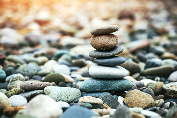 Photo sur Plexiglas Zen pierres a sable Sea pebble stones tower on beach. Balance and harmony concept