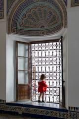 dziewczynka w oknie pałac Marrakech