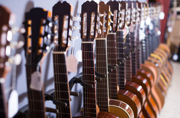 Foto op Plexiglas Muziekwinkel long line of acoustic guitars in store