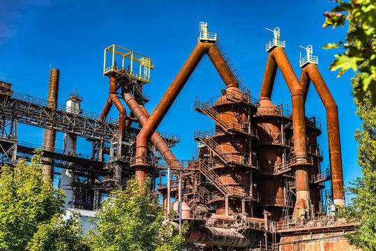 Vue de l'usine de haut fourneau abandonnée de Uckange avec sa cheminée