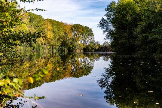 Paysage au bord de l'eau en automne en Moselle