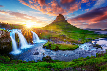 Poster Cascades Gorgeous landscape with rising sun on Kirkjufellsfoss waterfall and Kirkjufell mountain, Iceland, Europe.