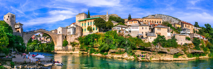 Photo sur Plexiglas Ponts Beautiful iconic old town Mostar with famous bridge in Bosnia and Herzegovina, popular tourist destination