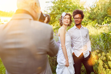 Hochzeitsfotograf beim Fotografieren von Brautpaar