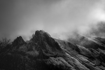 Foto auf AluDibond Rosa dunkel Mysterious black mountain with dramatic cloudy sky